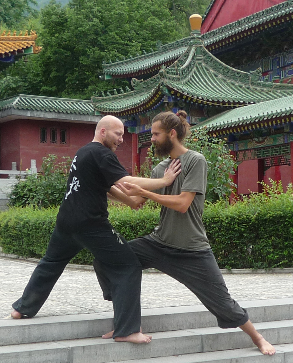 Taiji Quan im daoistischen Tempel Louguantai: Heilpraktiker Seibold und Lothar Birke (WCTAG)